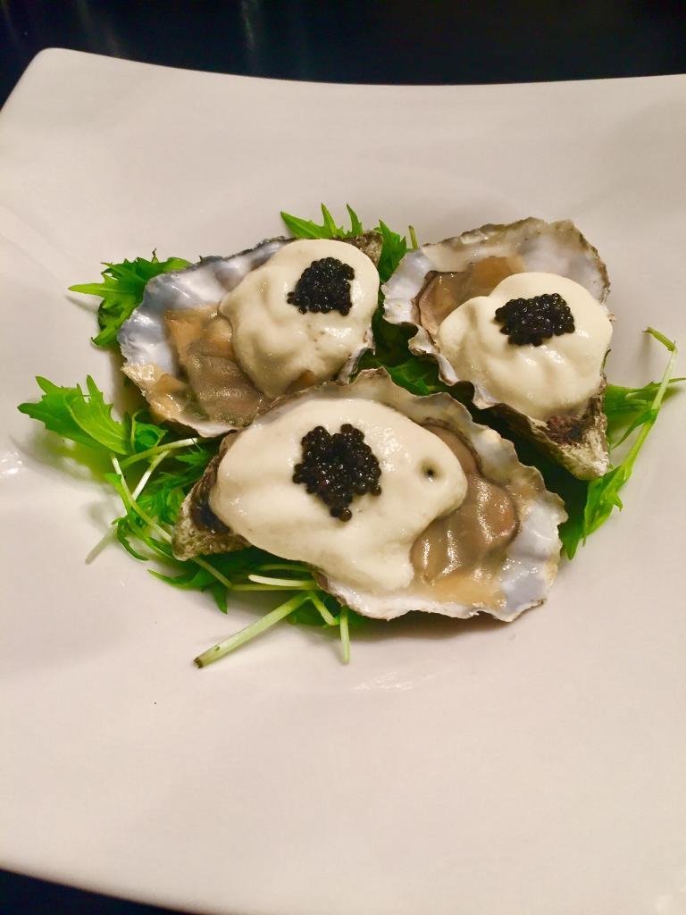 Huître tiède Royale Oster, mousse pomme verte et caviar d'Aquitaine