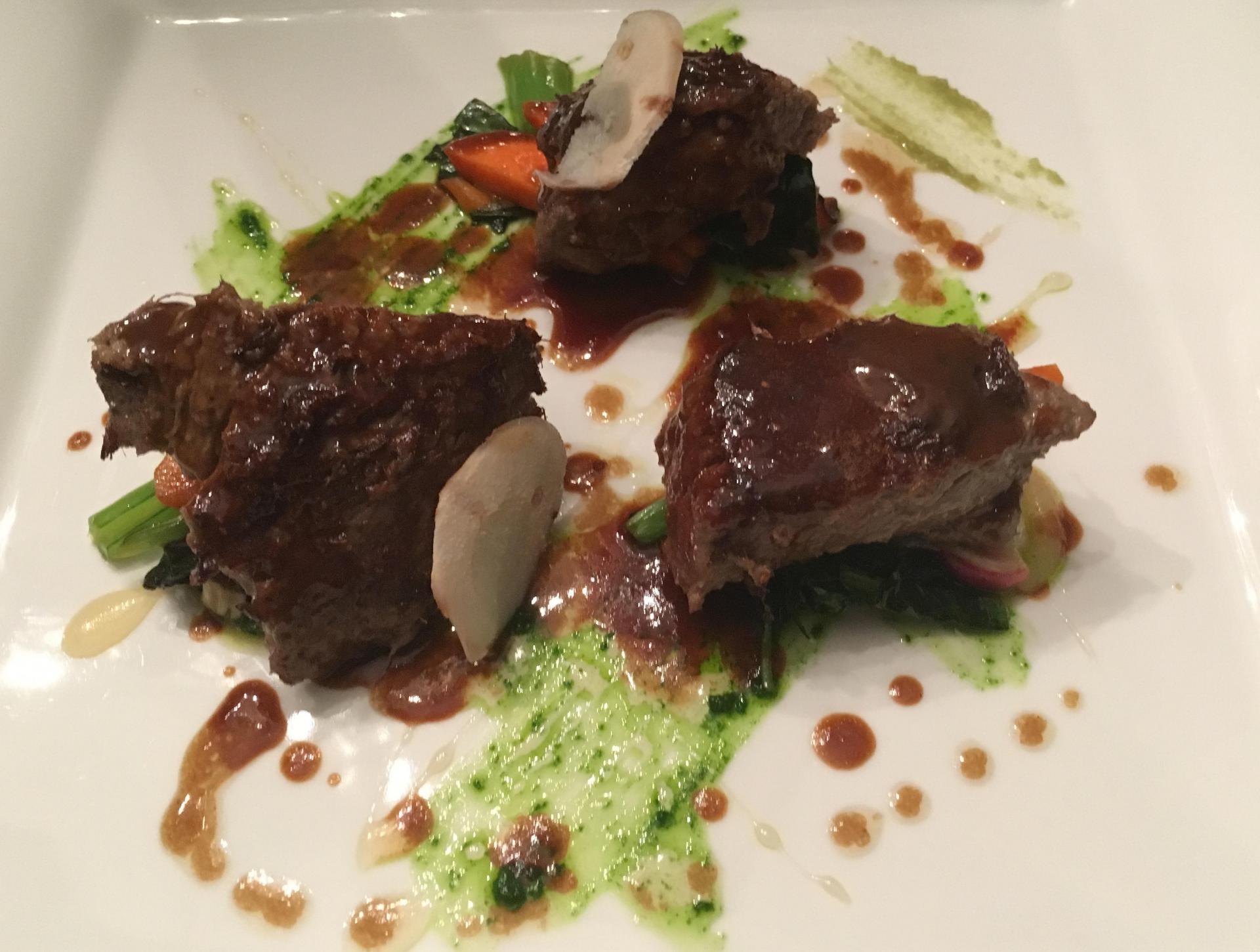 Filet de bœuf mariné, jus croisé aux légumes et au gingembre, légumes croquants