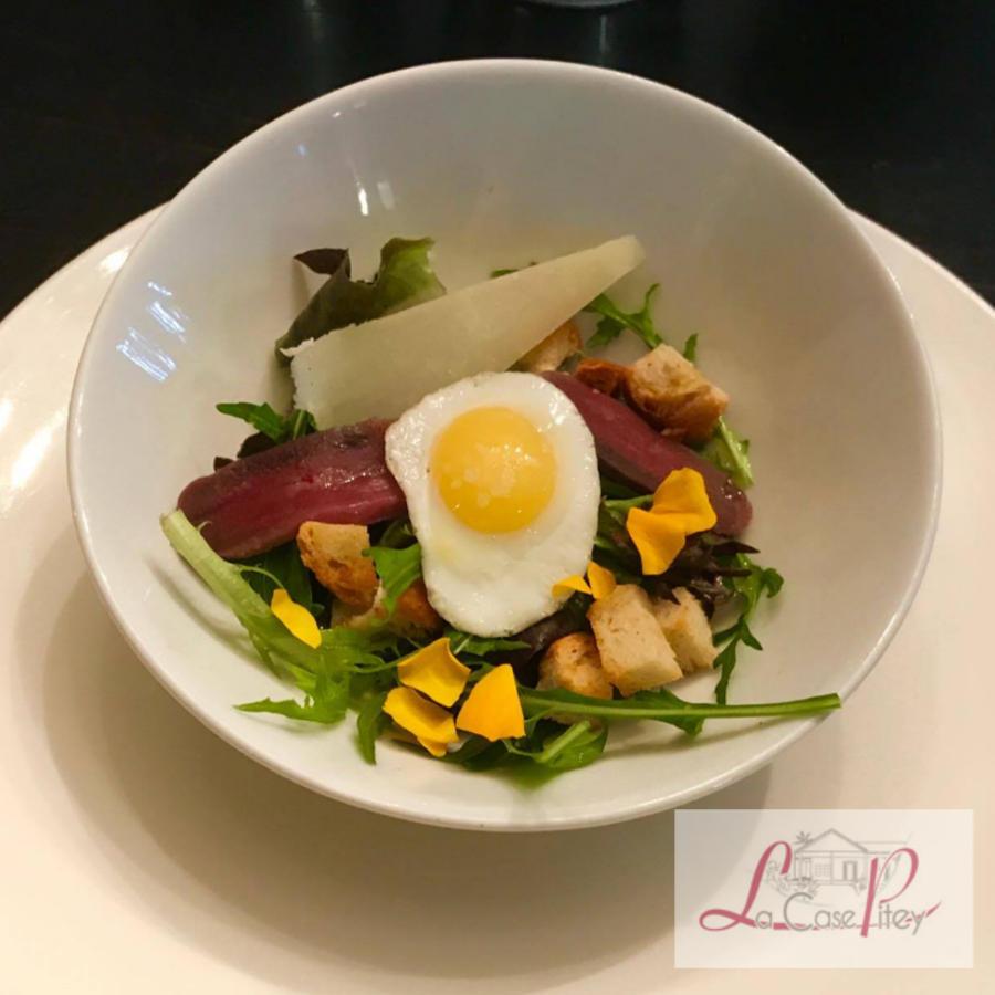Mesclun bio de La Rivière, magret séché, croûtons à l'ail, oeuf de caille et parmesan
