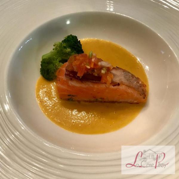 Pièce de saumon mi-cuit et soupe de poisson